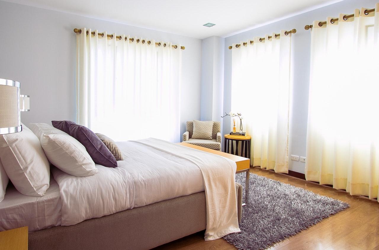 zimne kolory w sypialni