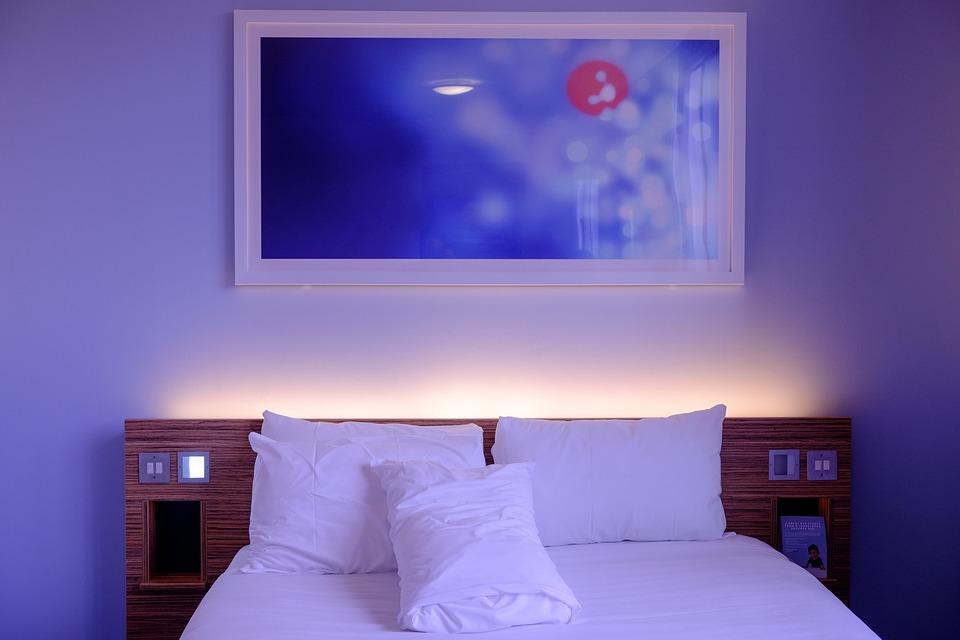wygodne hotelowe łóżko