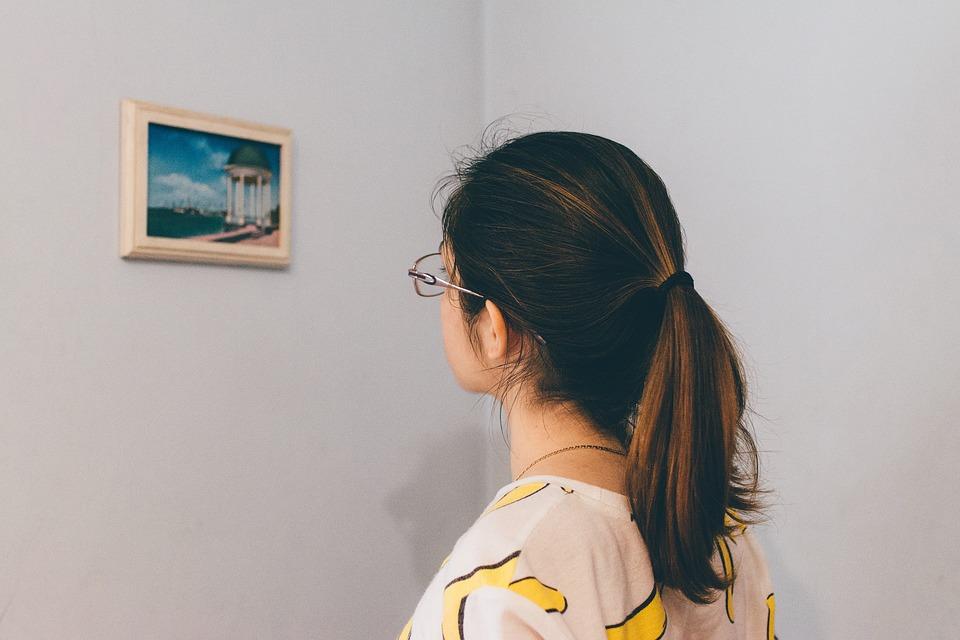 wiszący obraz na pustej ścianie