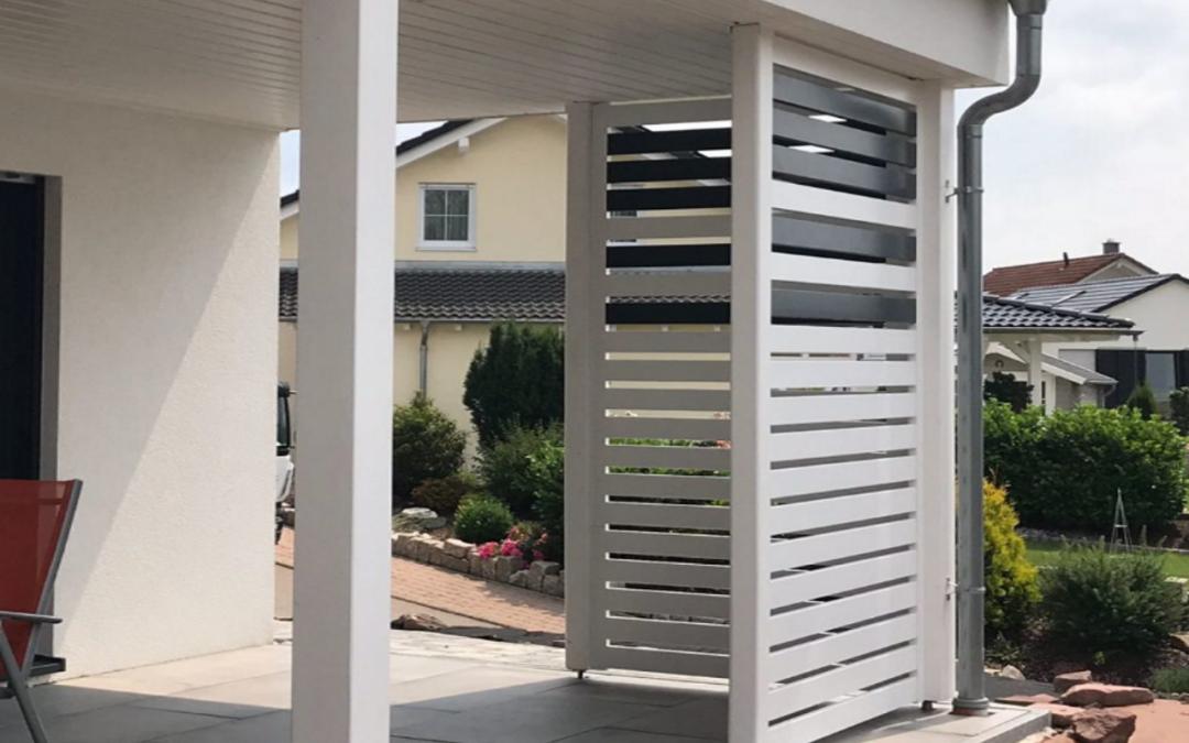 Przegroda balkonowa – z drewna, szkła czy metalu?